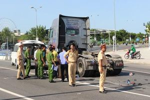 Nam công nhân chết thảm dưới gầm xe container trên đường phố