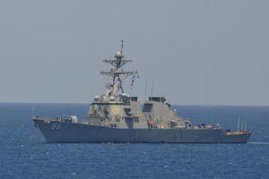 Giữa lúc căng thẳng với Iran, hai khu trục hạm Mỹ đi qua eo biển Hormuz