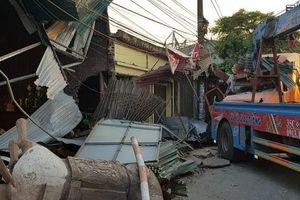 Xe container đâm sập 4 nhà dân ven Quốc lộ 10