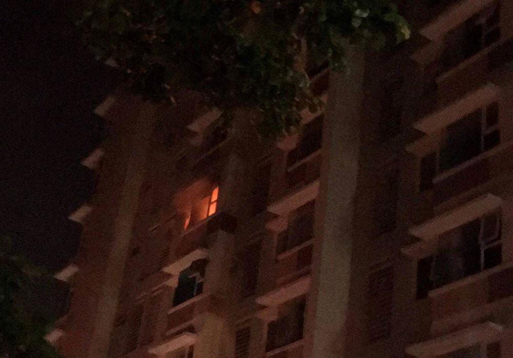 Cháy chung cư lúc rạng sáng, hàng trăm người tháo chạy tán loạn