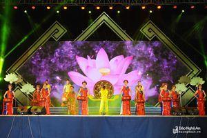Hàng ngàn người dân nô nức tham dự khai mạc Lễ hội Làng Sen
