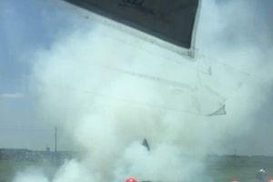 Xế hộp bốc cháy dữ dội khi đang lưu thông trên đường
