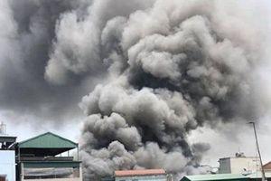 Cháy lớn thiêu rụi 7 xưởng gỗ rộng hàng nghìn m2 giữa trưa nắng gần 40 độ ở Hà Nội