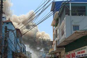 8 xưởng mộc ở Hà Nội bốc cháy ngùn ngụt giữa trưa, thiêu rụi hơn 2.000 m2 nhà xưởng