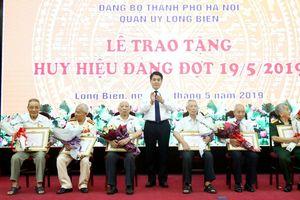 Phó Bí thư Thành ủy, Chủ tịch UBND thành phố trao Huy hiệu Đảng tại quận Long Biên