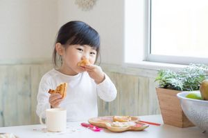 Lo lắng trẻ thiếu hụt năng lượng trong bữa sáng, mẹ cần làm gì?