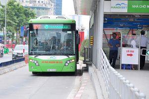 Người Hà Nội có thể trả tiền vé xe buýt qua thẻ ngân hàng