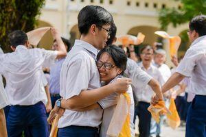 Học sinh Lê Hồng Phong khóc nức nở trong ngày chia tay tuổi học trò