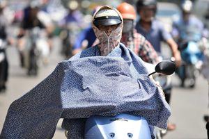 Người đi đường đắp chăn, biến thành 'ninja' giữa cái nóng trên 40 độ C