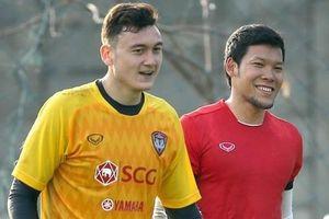 Văn Lâm thân thiết cùng thủ môn số một Thái Lan ở Muangthong
