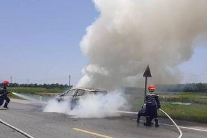 Ford EcoSport cháy trơ khung trên đường đi bảo dưỡng