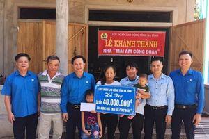 LĐLĐ Hà Tĩnh trao 240 triệu đồng hỗ trợ làm nhà mái ấm công đoàn