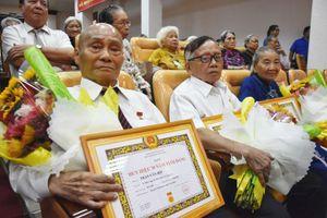 Quận Tân Bình: 259 đảng viên nhận huy hiệu Đảng đợt 19-5