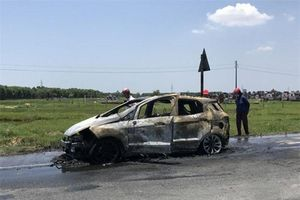 Xe ô tô bất ngờ bốc cháy dữ dội nghi do bị quấn rơm dưới gầm
