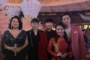 Tố Hoa hát cùng Bi Rain và Thành Long trên sân khấu Bắc Kinh