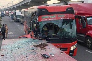 Xe khách biến dạng, vỡ nát cửa kính, phụ xe tử vong sau khi đâm đuôi xe container