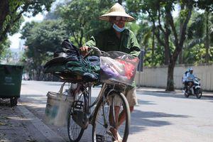 Người lao động vật vã trong cái nóng như 'rang' của Hà Nội