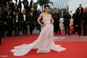 Thảm đỏ LHP Cannes 2019 ngày 4: Hofit Golan mặc váy xuyên thấu lộ nhũ hoa, Anja Rubik khoe vòng 1 hờ hững