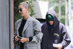Justin Bieber cúi gằm mặt, lững thững đi theo vợ đến trung tâm spa