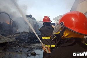 Hàng trăm cảnh sát căng mình khống chế ngọn lửa cuồn cuộn bao trùm xưởng nhựa 6.000m2 ở Hải Phòng