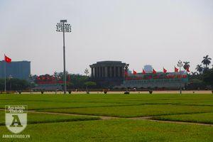 Trời nắng nóng, hàng ngàn người thăm viếng Lăng Bác nhân 129 năm ngày sinh của Người
