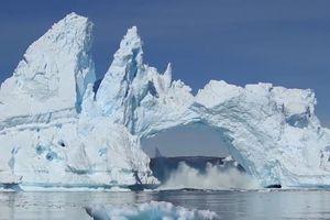 Núi băng Greenland vỡ rời từng mảng rồi sụp đổ vì biến đổi khí hậu