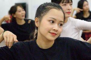 Nhóm nhạc đông nhất Việt Nam tập luyện tới đêm khuya trước ngày ra mắt