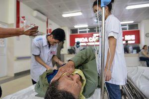 Bệnh nhân kêu gào trong phòng cấp cứu vì quá đau đầu ngày nắng nóng