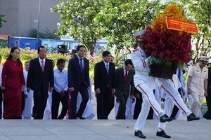 Lãnh đạo TPHCM dâng hương, hoa mừng sinh nhật Bác