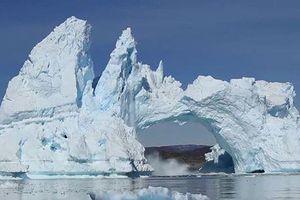 Kinh hoàng núi băng vỡ rời từng mảng ở Greenland