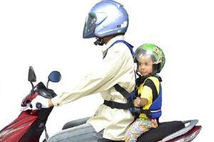 Bố mẹ Việt cần lưu ý gì khi chở con nhỏ đi bằng xe máy?