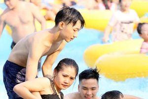 Người Hà Nội đổ xô đến công viên nước Hồ Tây để 'giải nhiệt' ngày cuối tuần nắng nóng 40 độ C