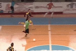 Thủ môn futsal ghi bàn sau khi chạy một mạch từ sân nhà