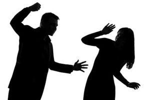 Bị nhốt không cho ra khỏi nhà, chồng đánh vợ tử vong