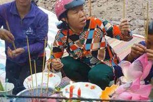Dẹp bỏ bàn thờ cúng bái cho bông hoa 'thần' ở Kiên Giang
