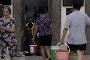Hàng trăm cư dân ở Hà Nội khốn đốn vì mất nước đợt nắng nóng