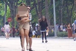 Thanh niên gây tranh cãi MXH khi bất ngờ ôm hàng loạt cô gái trẻ trên phố