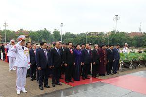 Các vị đại biểu Quốc hội vào Lăng viếng Chủ tịch Hồ Chí Minh