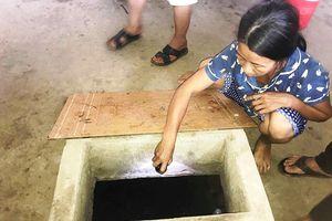 Tá hỏa khi phát hiện cụ bà hàng xóm đổ 'chất lạ' xuống giếng