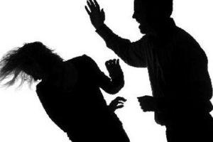 Khóa cửa không cho chồng ra khỏi nhà, vợ bị đánh đến chết