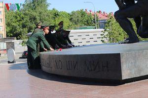 Đoàn lưu học sinh Công an nhân dân tại Nga dâng hoa tưởng niệm Bác