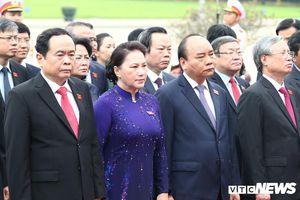Đại biểu Quốc hội vào Lăng viếng Chủ tịch Hồ Chí Minh trước kỳ họp thứ 7