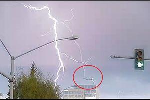 Clip: Kinh hoàng khoảnh khắc sét đánh trúng máy bay giữa trời