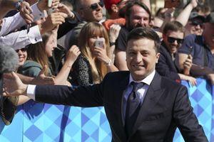 Tổng thống Ukraine đập tay, chụp ảnh với người dân, đi bộ đến lễ nhậm chức