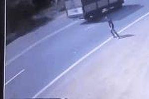 Clip: Người đàn ông cố tình lao đầu vào xe khách tự tử khiến người xem phải rùng mình