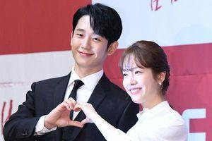 Mỹ nam Jung Hae In tình tứ, nắm chặt tay 'chị đẹp' hơn 5 tuổi