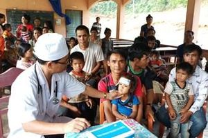 Đoàn kinh tế - Quốc phòng 385 khám bệnh, cấp thuốc miễn phí cho nhân dân nước bạn Lào