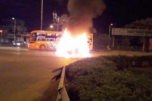 Xe ô tô bốc cháy trên Quốc lộ 1, tài xế cùng hành khách thoát chết