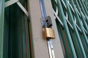 Bị khóa cửa không cho ra ngoài, chồng đánh vợ tử vong