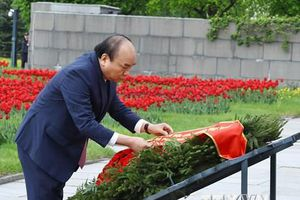 Hình ảnh Thủ tướng viếng khu tưởng niệm-nghĩa trang Piskaryoskoe